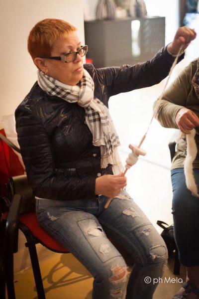 Filatura con fuso russo - Feltrosa 2017 - foto Silvia Mela D'Orazi